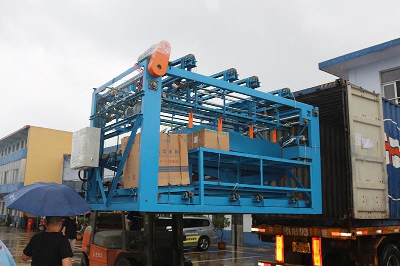 Машинное оборудование Джилонга экспортировало один контейнер: машина для компоновки шпона / строителя / фуговального станка, клеевая нить, починка клейких лент в Индонезию.